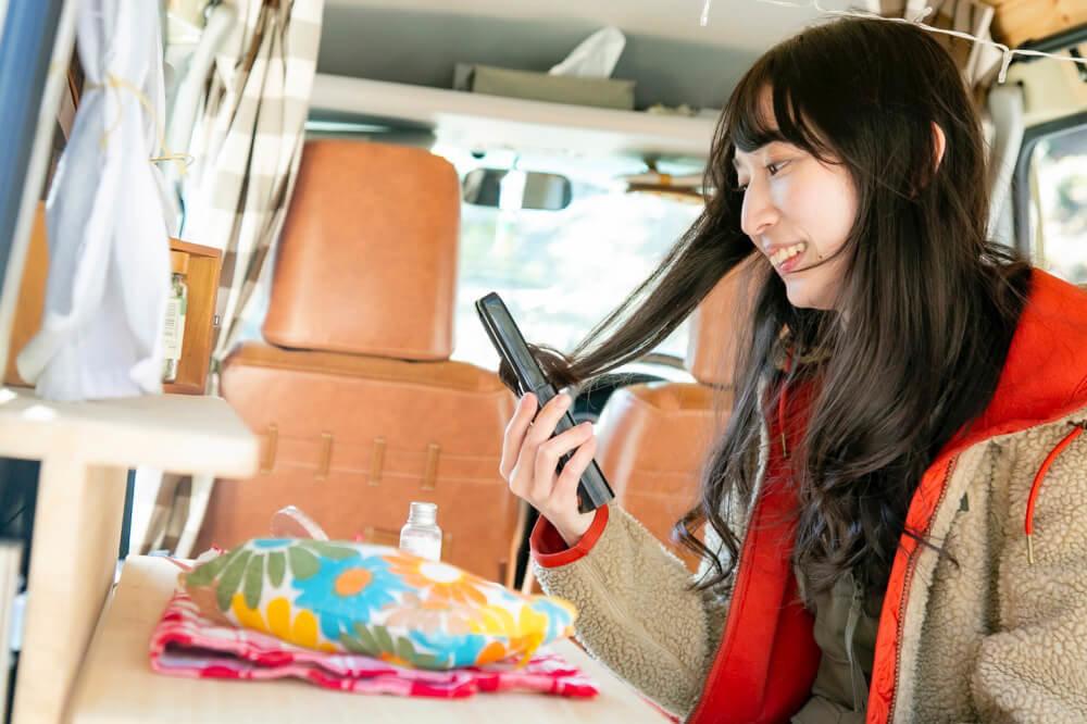 森風美さんの女子ソロキャンプアイテム。こてを使っているイメージ