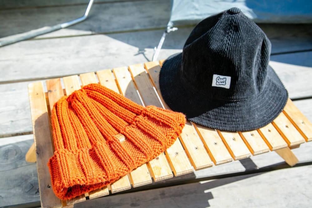 こいしゆうかさんの女子ソロキャンプアイテム。ニット帽とつばのある帽子を使い分け