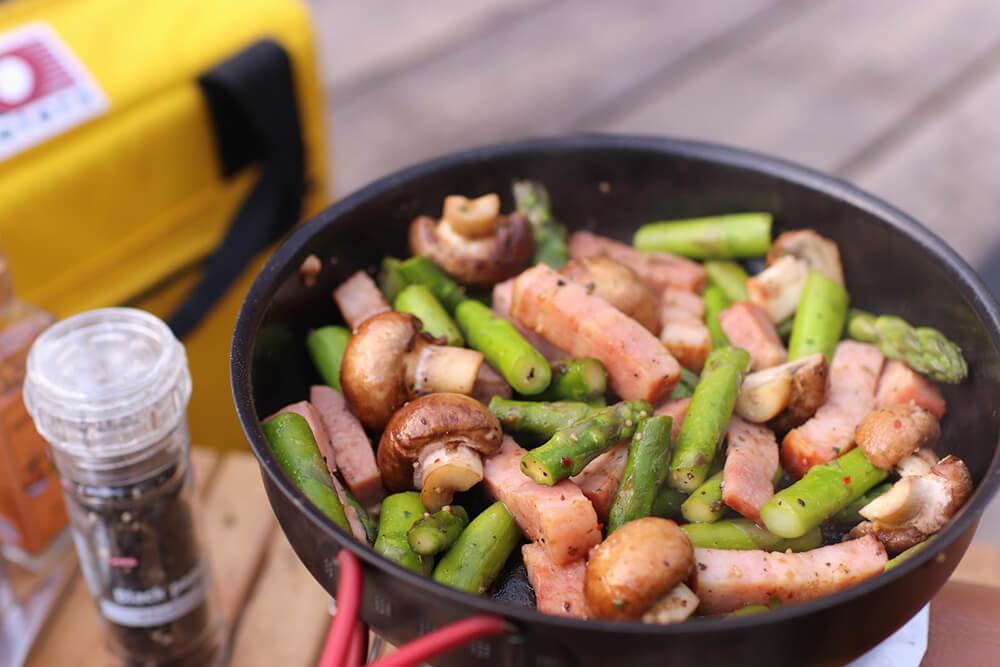 こいしゆうかさんの女子ソロキャンプ料理。マッシュルームとアスパラとベーコン炒め