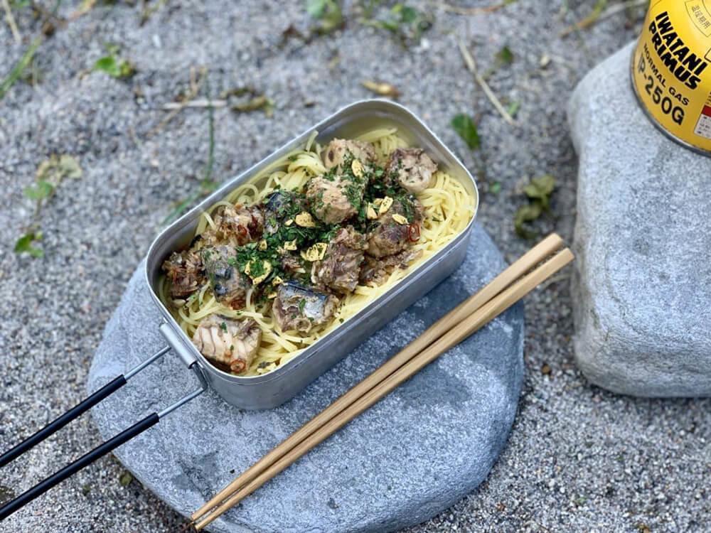 森風美さんの女子ソロキャンプ料理。基本の鯖缶パスタ