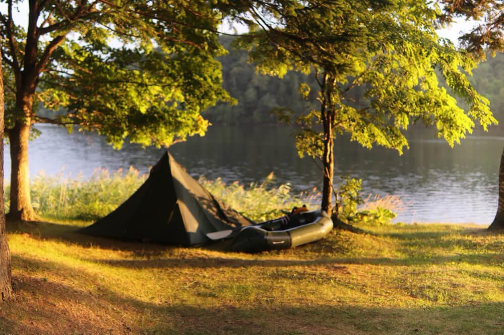 こいしゆうかさんのキャンプサイトとパックラフトを映した写真
