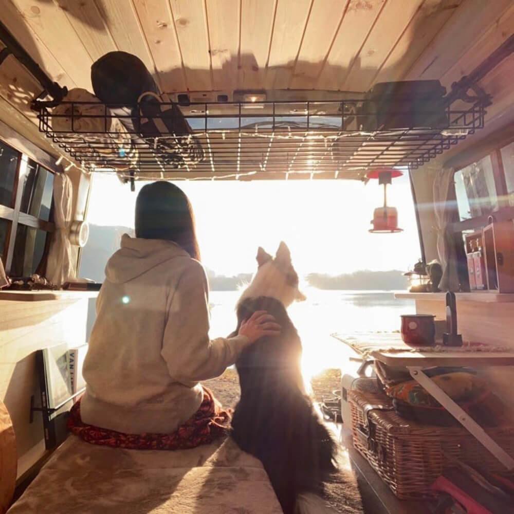 森風美さんの愛犬・どんちゃんと車中泊イメージの写真