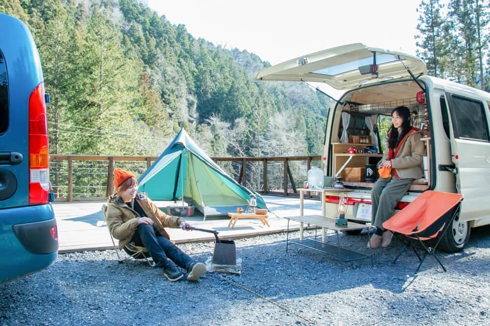 女子ソロキャンプ対談を続けるこいしゆうかさんと森風美さん