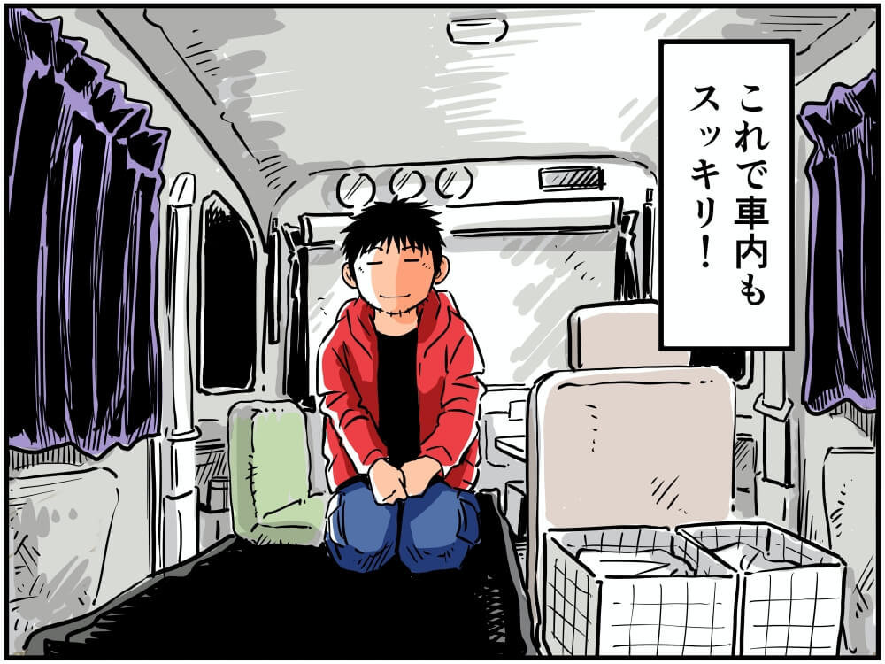 スズキ・エブリイの車内で座る車中泊漫画家・井上いちろうさんのイラスト