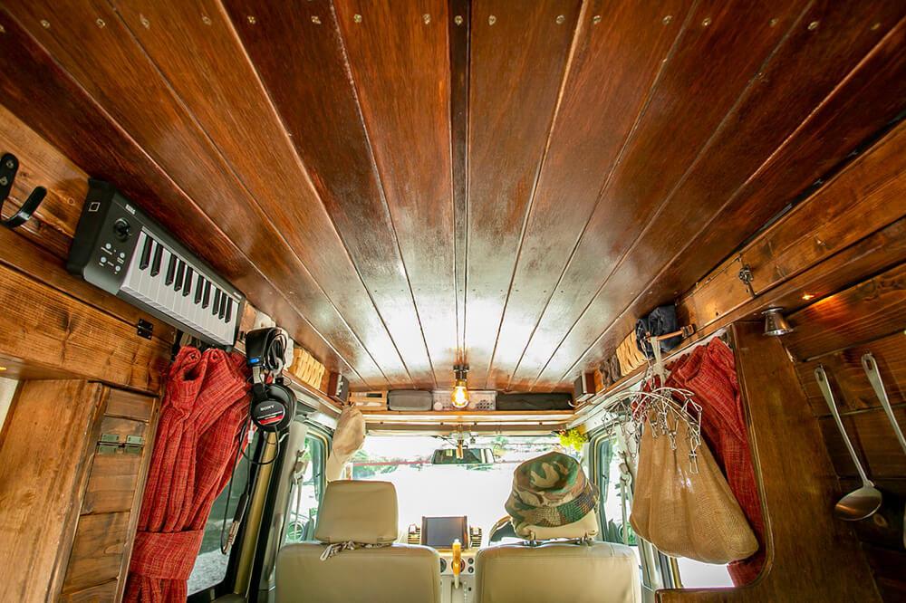 車の内装の板張り天井