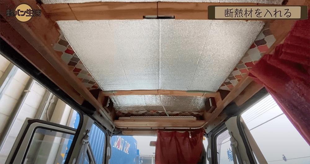 天井の板張りの前に断熱材を貼ったところ