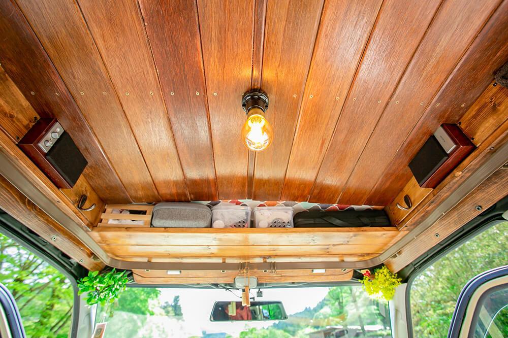 運転席と助手席の上にある木の棚(自作オーバーヘッドコンソール)