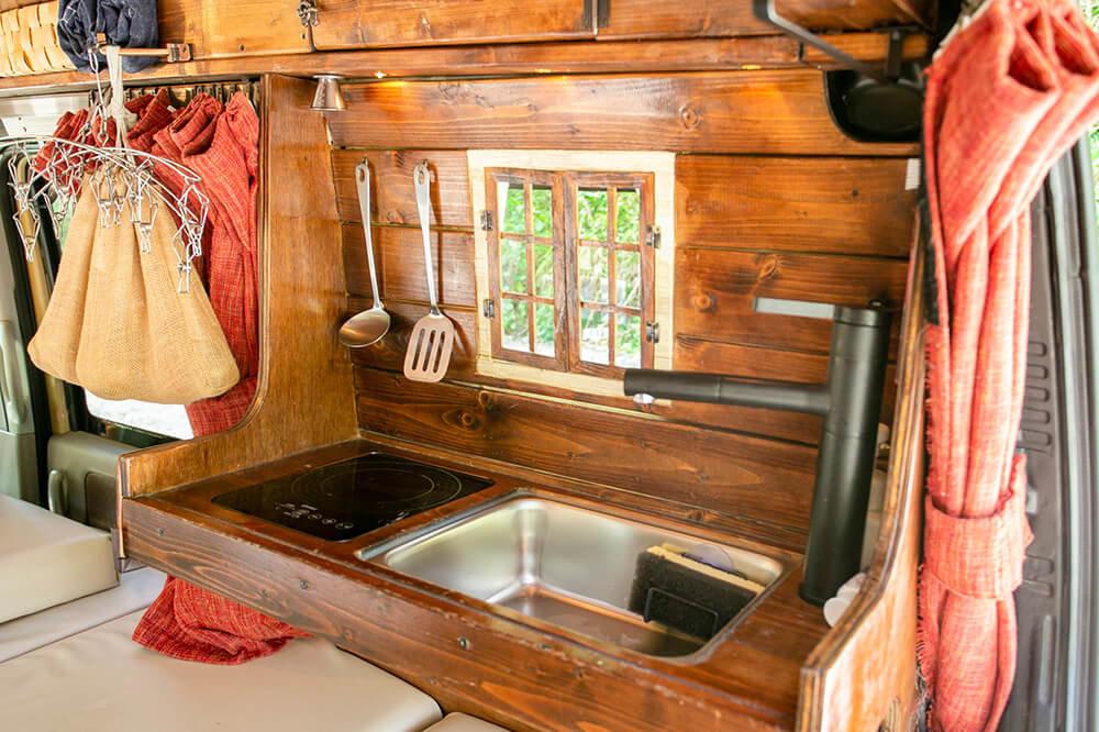 軽バンの中に作ったキッチン