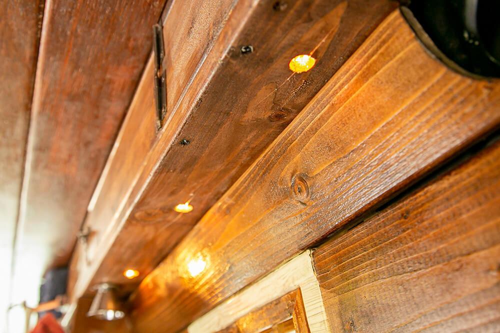 キッチン上部の板に埋め込まれた電球