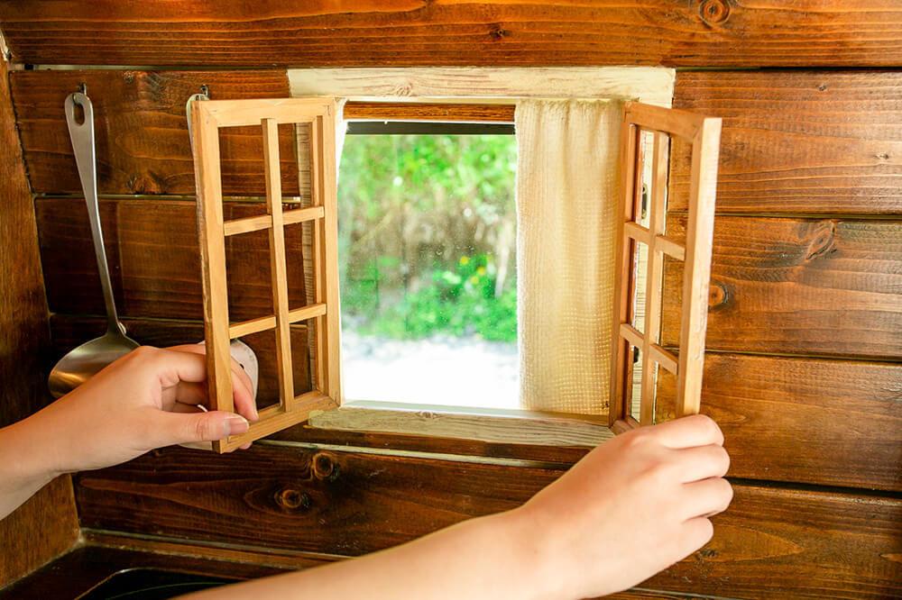 キッチンの窓の木枠を開いているところ