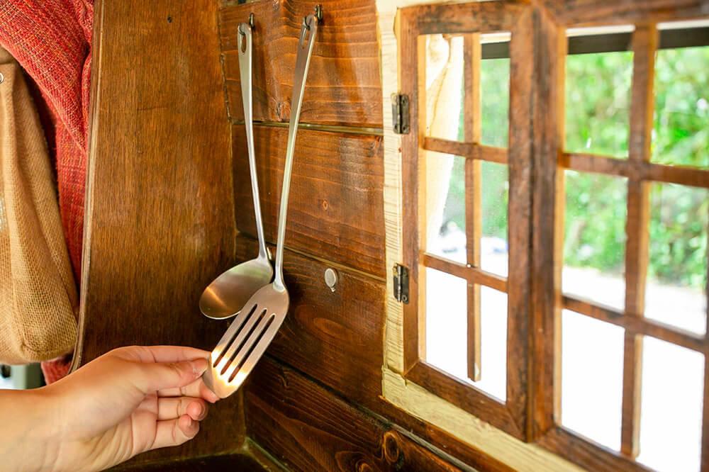 キッチンの壁のフックに、フライ返しとお玉が掛かっている