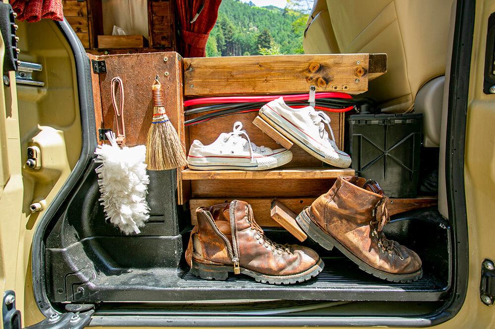 スライドドアを開けたところ、床の上に靴をディスプレイ収納している