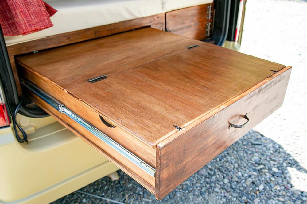 スライド式の引き出しの上に天板をかぶせたテーブル