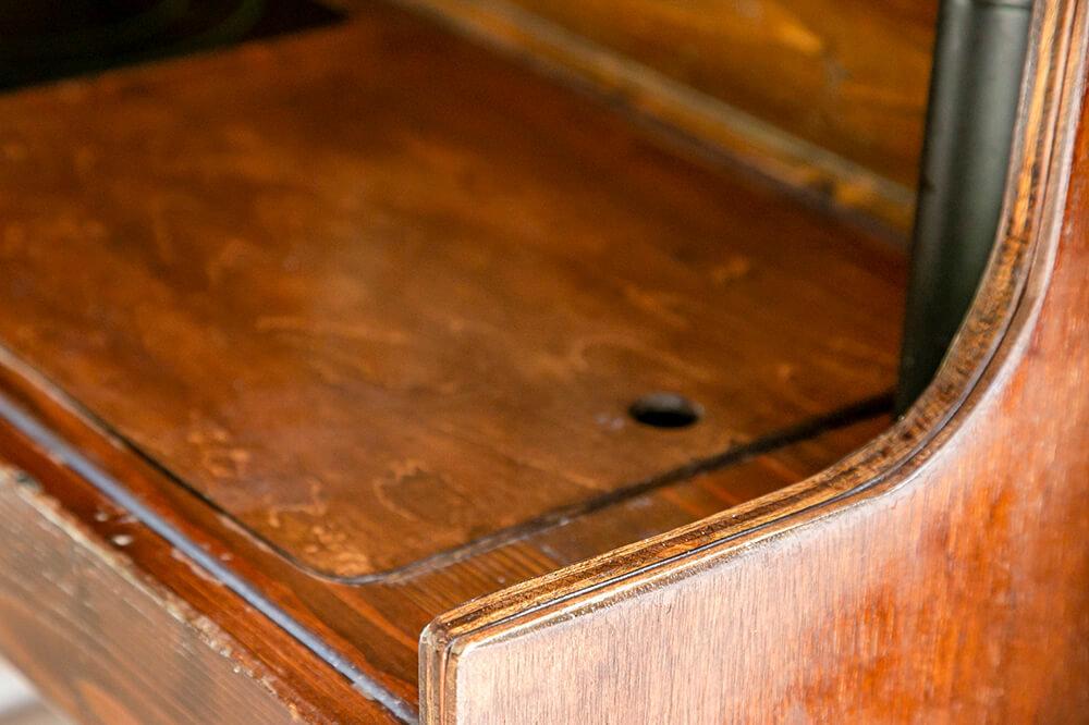 キッチンのシンクには木の蓋があり、その蓋の角はきれいに丸くなっている