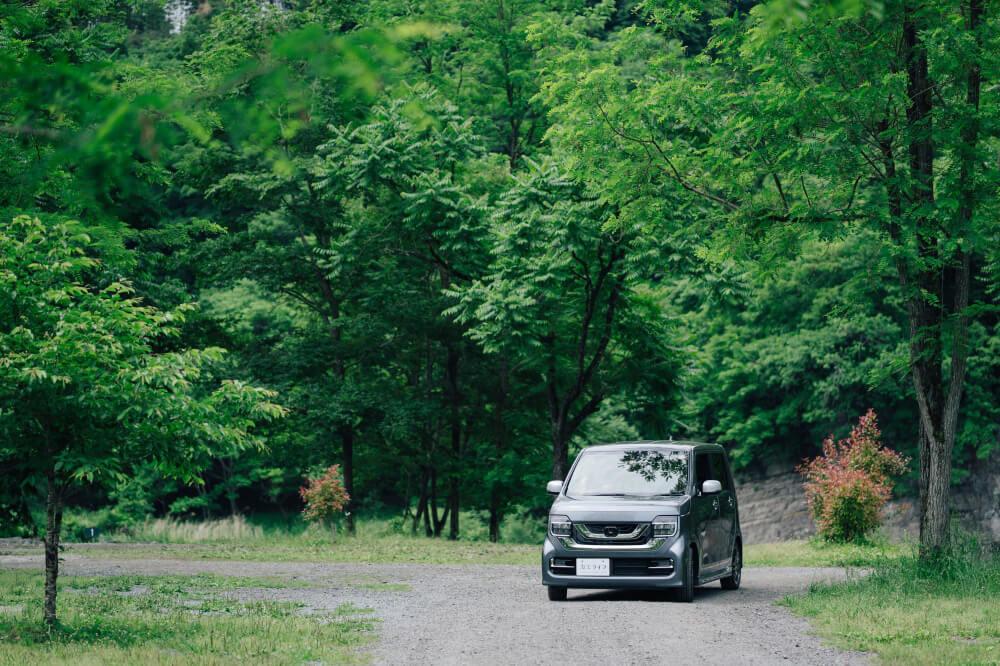 Honda N-WGNに乗ってキャンプ場へ向かう画像