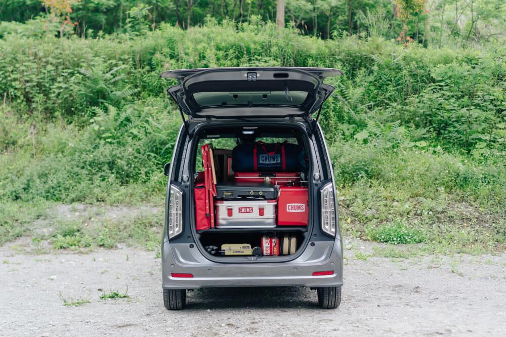 Honda N-WGNのバックドア部分画像。荷室にはCHUMSのギアを積載している