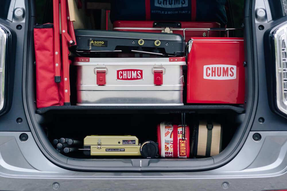 Honda N-WGNの荷室の画像。コンテナやボックスを使い分けながらCHUMSのギアを積載している