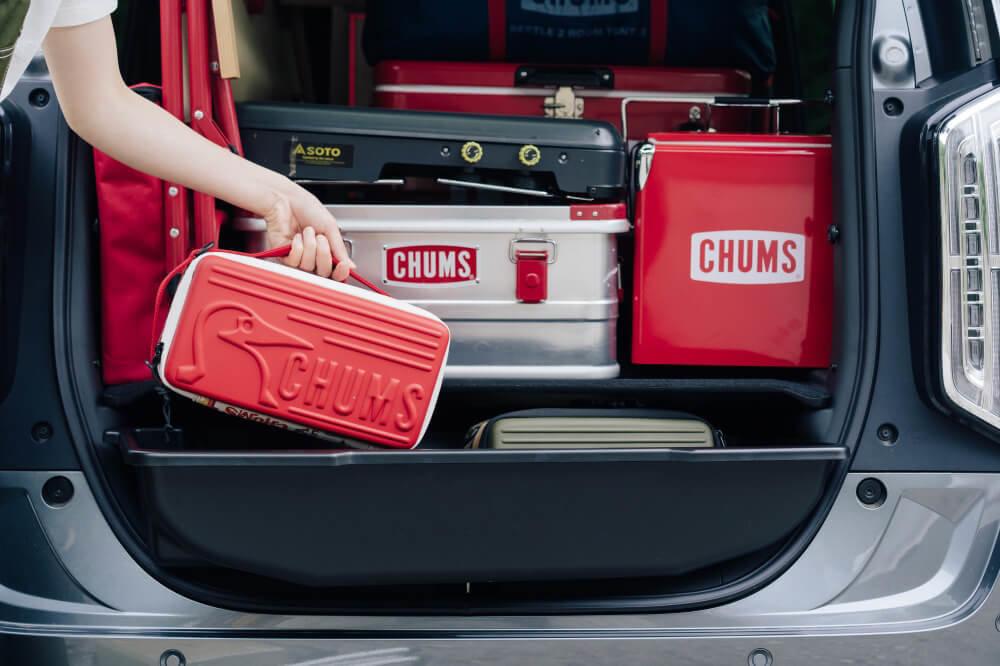 Honda N-WGNの荷室の画像。ラゲッジボックスにCHUMSのアイテムを収納している様子