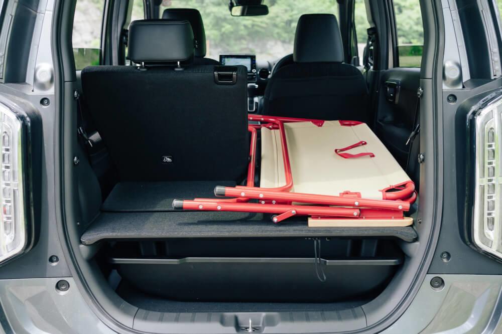 Honda N-WGNの荷室の広さを表す画像。幅のあるベンチも、片側シートを倒せば余裕で積載できるのが分かる