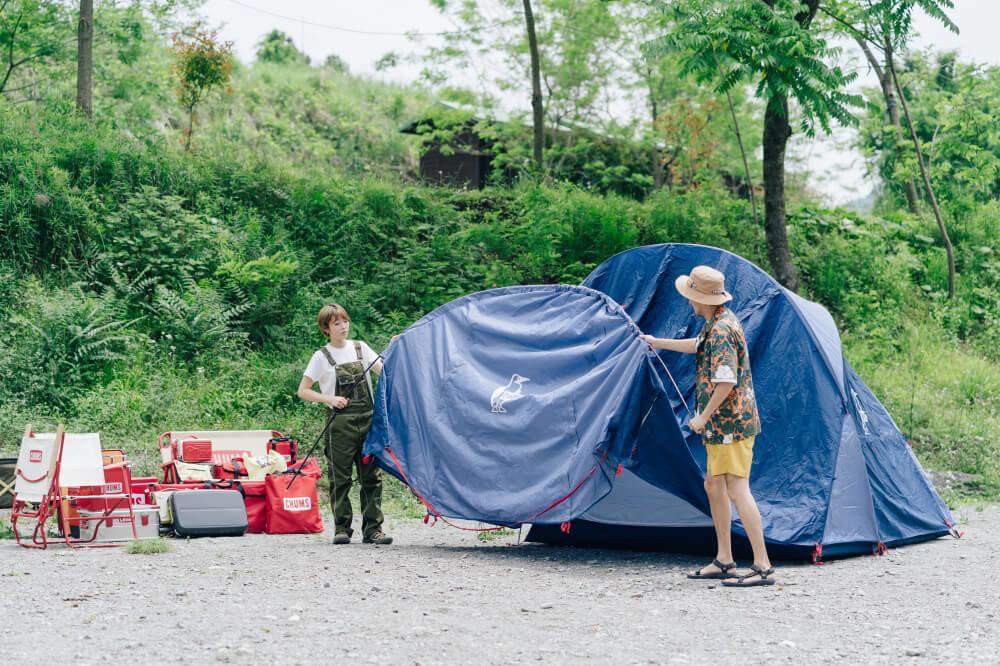 CHUMSの「ビートルツールームテント3」を設営する市之瀬さん、佐藤さん