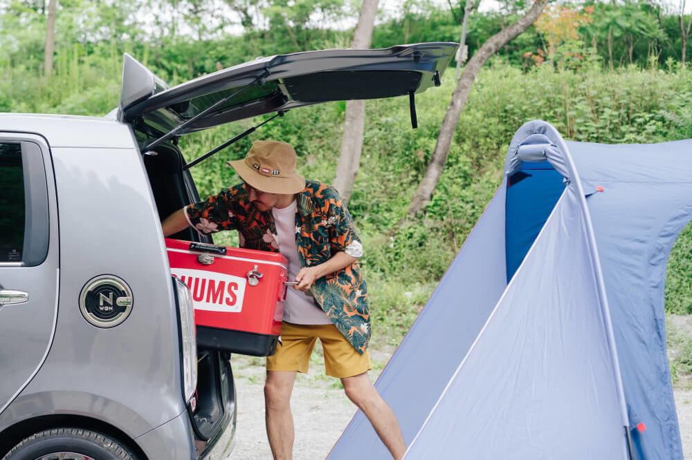 CHUMSの「ビートルツールームテント3」の前にクルマを停めて、Honda N-WGNのバックドアを雨避けに使い荷物を片付ける様子