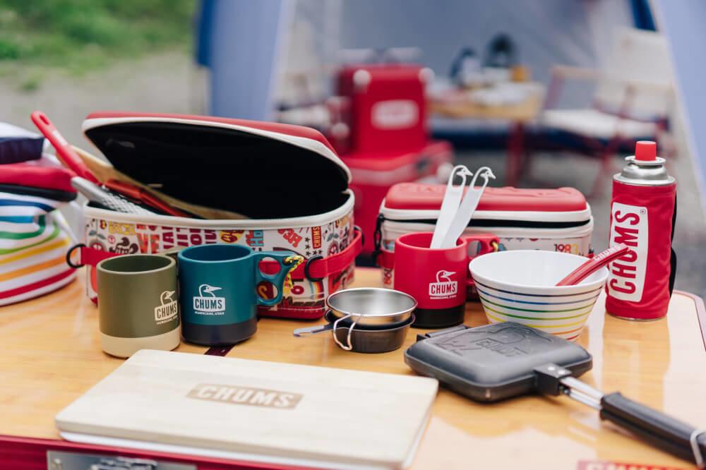 CHUMSの調理道具やカトラリーを並べた画像