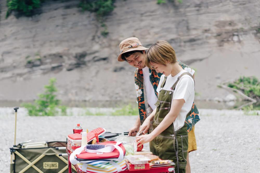 CHUMSのアイテムを使ってキャンプ場で調理する市之瀬さん、佐藤さん