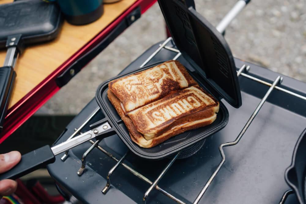 CHUMSの「ダブルホットサンドイッチクッカー」でホットサンドを作っている様子