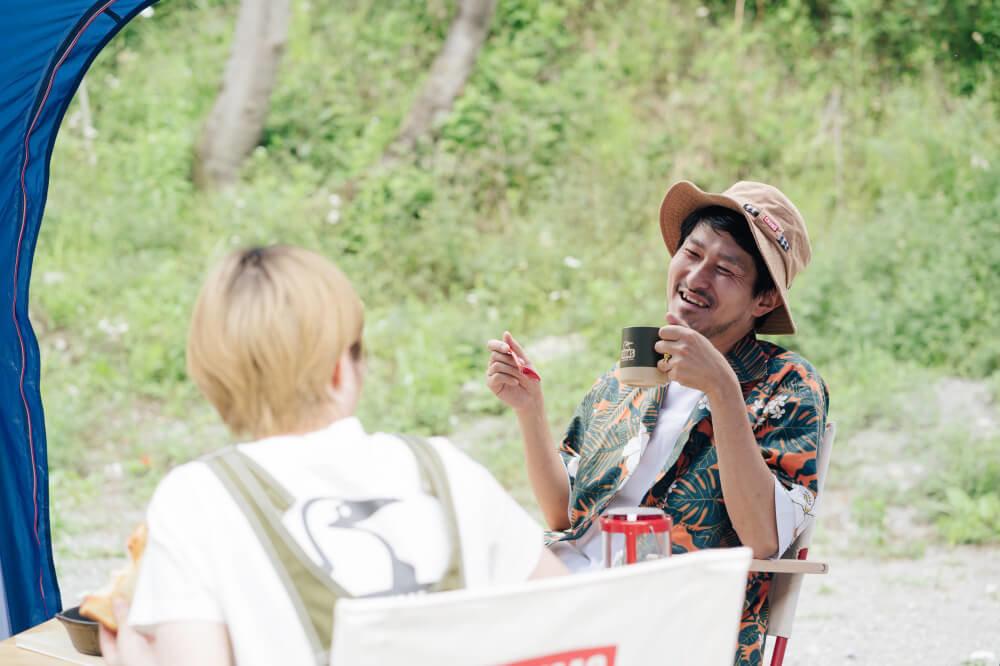 CHUMSのキャンプイベントや、ふだんのキャンプの楽しみ方について話す市之瀬さん、佐藤さん