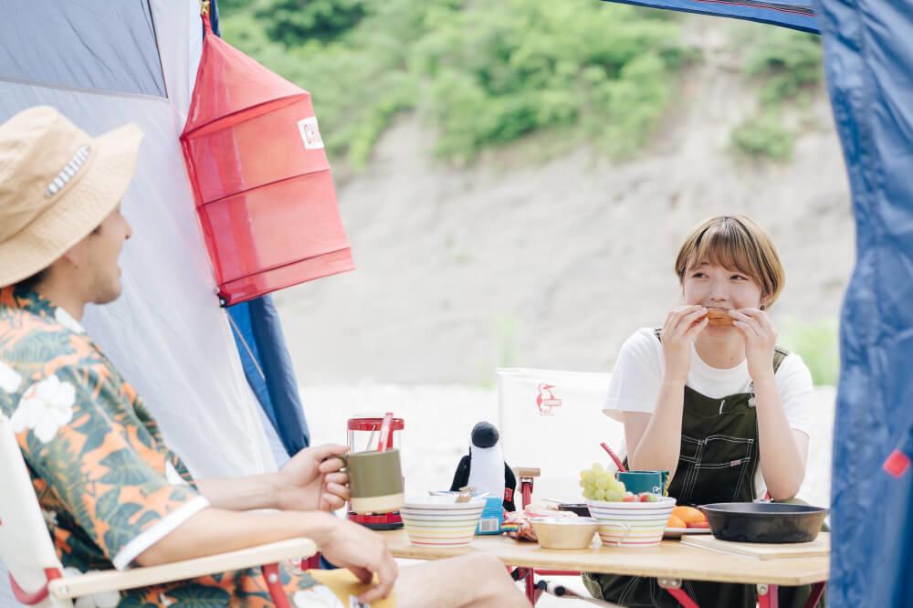 食事をしながら話す市之瀬さん、佐藤さん