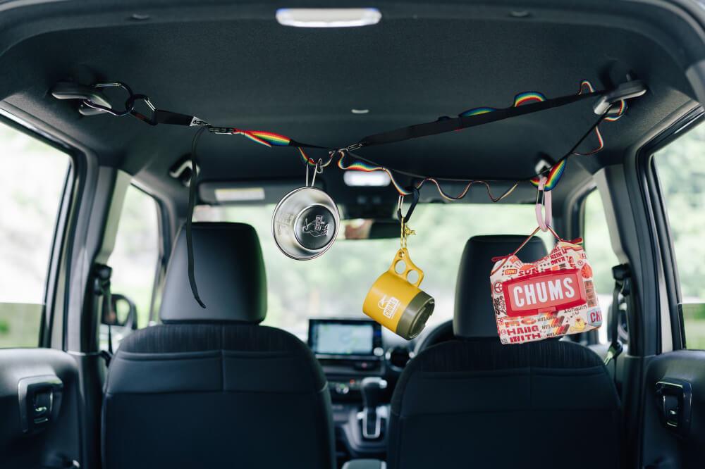 CHUMSの「デイジーチェーン」を車内で活用している画像
