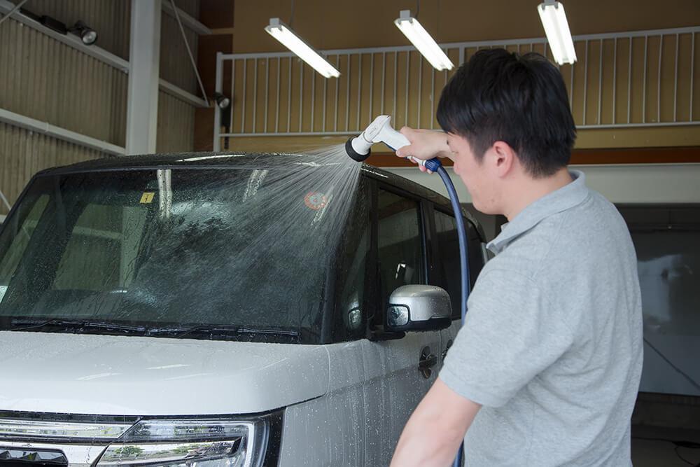 N-BOXのボディを流す洗車ソムリエ・高橋宏宗さん