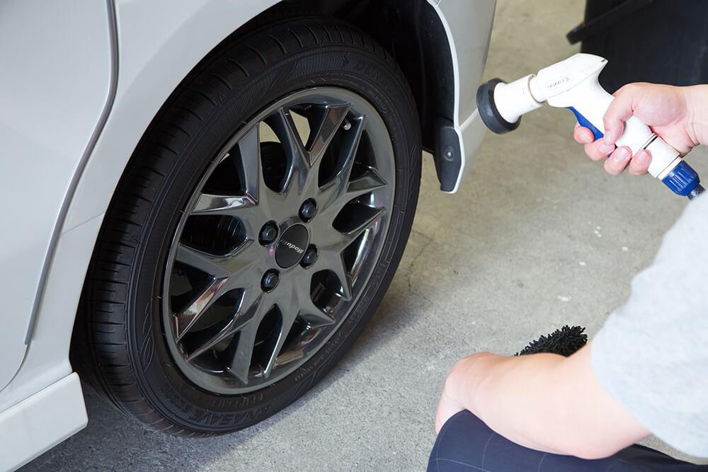 N-BOXのタイヤを流す洗車ソムリエ・高橋宏宗さん