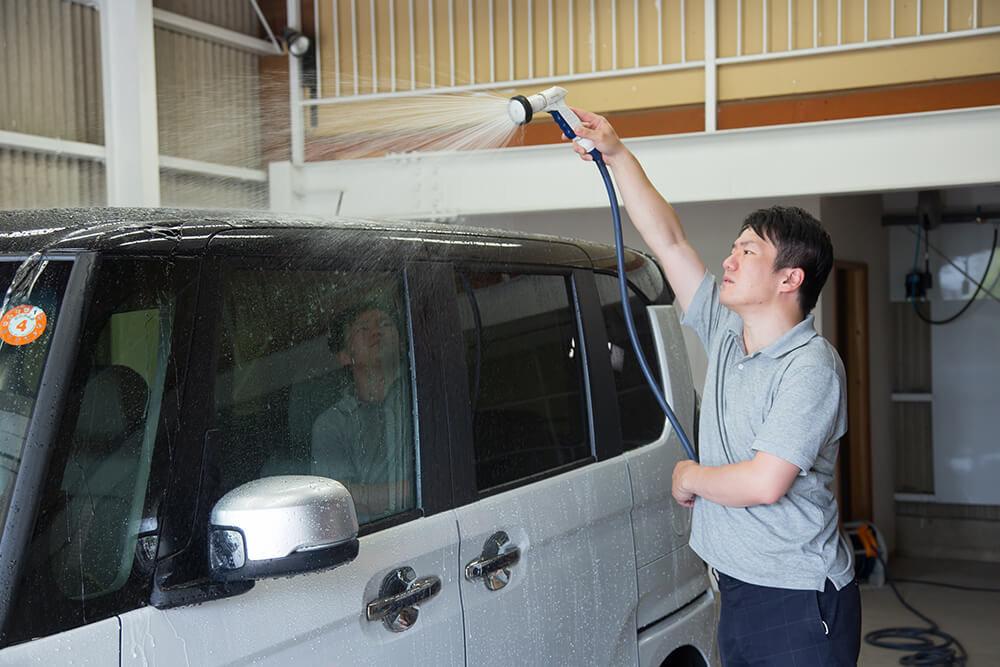 N-BOXのルーフを流す洗車ソムリエ・高橋宏宗さん