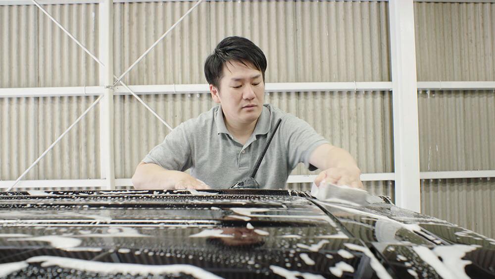 N-BOXのルーフを洗う洗車ソムリエ・高橋宏宗さん