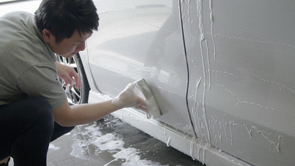 N-BOXのボディを洗う洗車ソムリエ・高橋宏宗さん