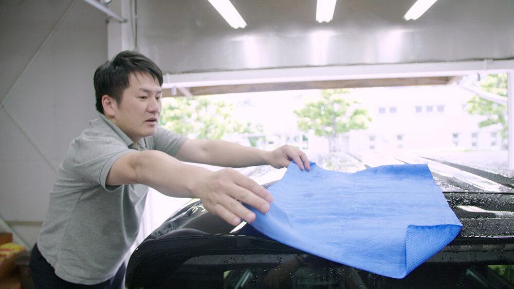 N-BOXのルーフを拭く洗車ソムリエ・高橋宏宗さん