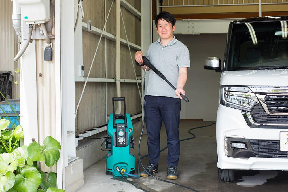 高圧洗浄機を手に持った洗車ソムリエ・高橋宏宗さん