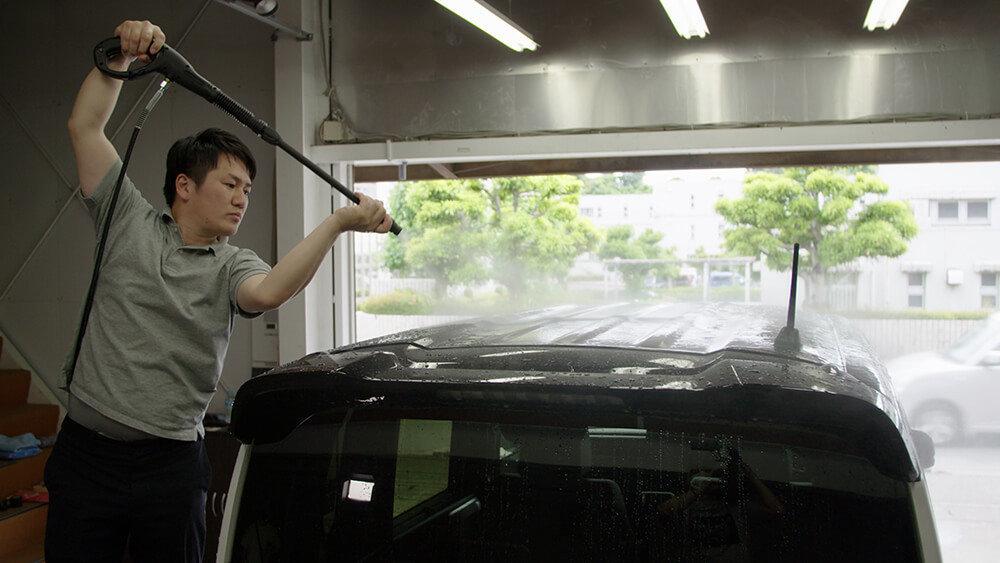 N-BOXのルーフを高圧洗浄機で洗う洗車ソムリエ・高橋宏宗さん