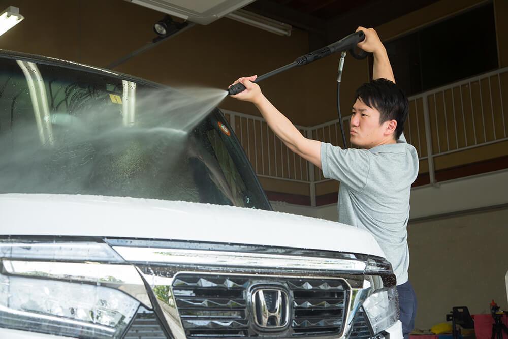 N-BOXのフロントを高圧洗浄機で洗う洗車ソムリエ・高橋宏宗さん