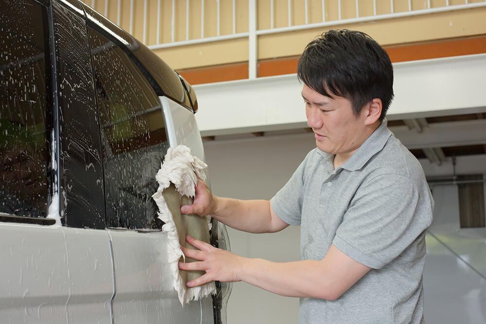 N-BOXのボディをムートンで吹き上げる洗車ソムリエ・高橋宏宗さん