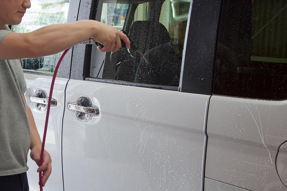 N-BOXのボディの水をブロワーで吹き飛ばす洗車ソムリエ・高橋宏宗さん