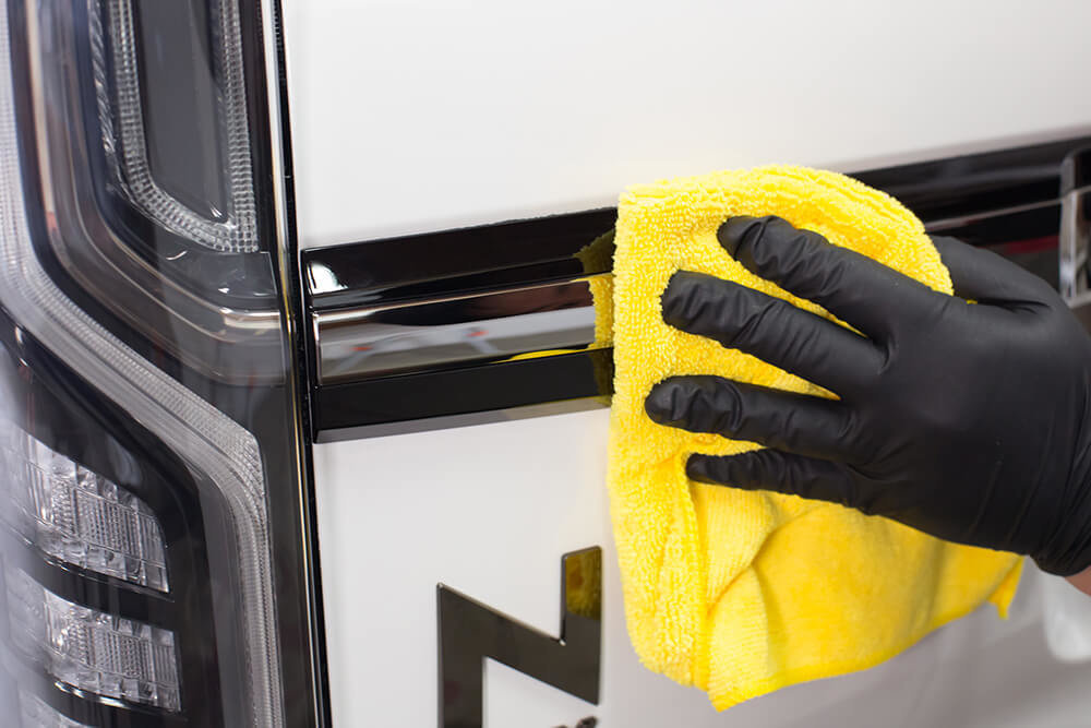 N-BOXのメッキパーツをスケール除去剤で磨く洗車ソムリエ・高橋宏宗さん