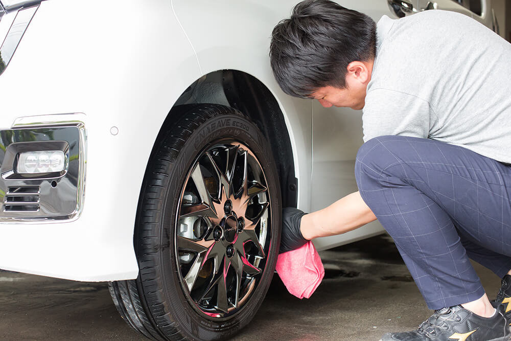 N-BOXのタイヤハウスをスケール除去剤で磨く洗車ソムリエ・高橋宏宗さん