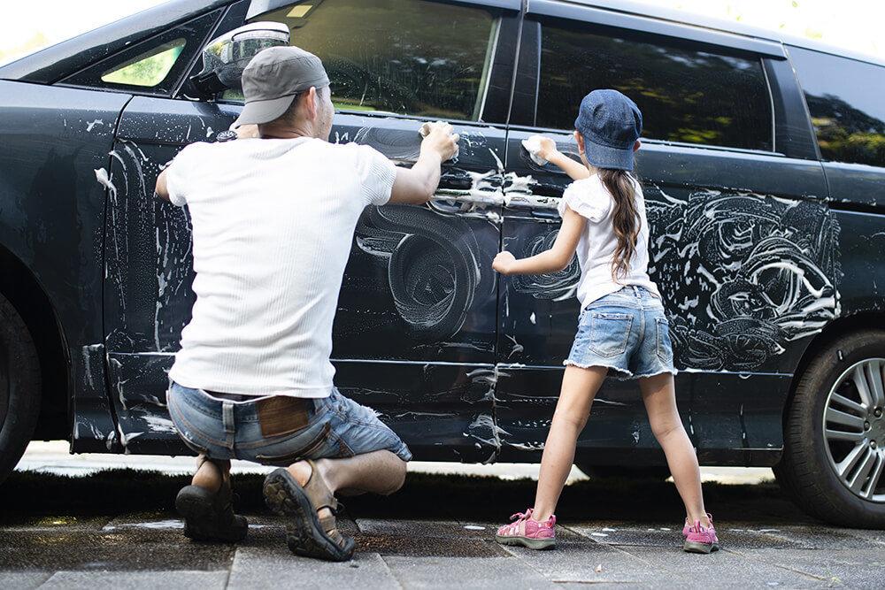 洗車をする親子のイメージ