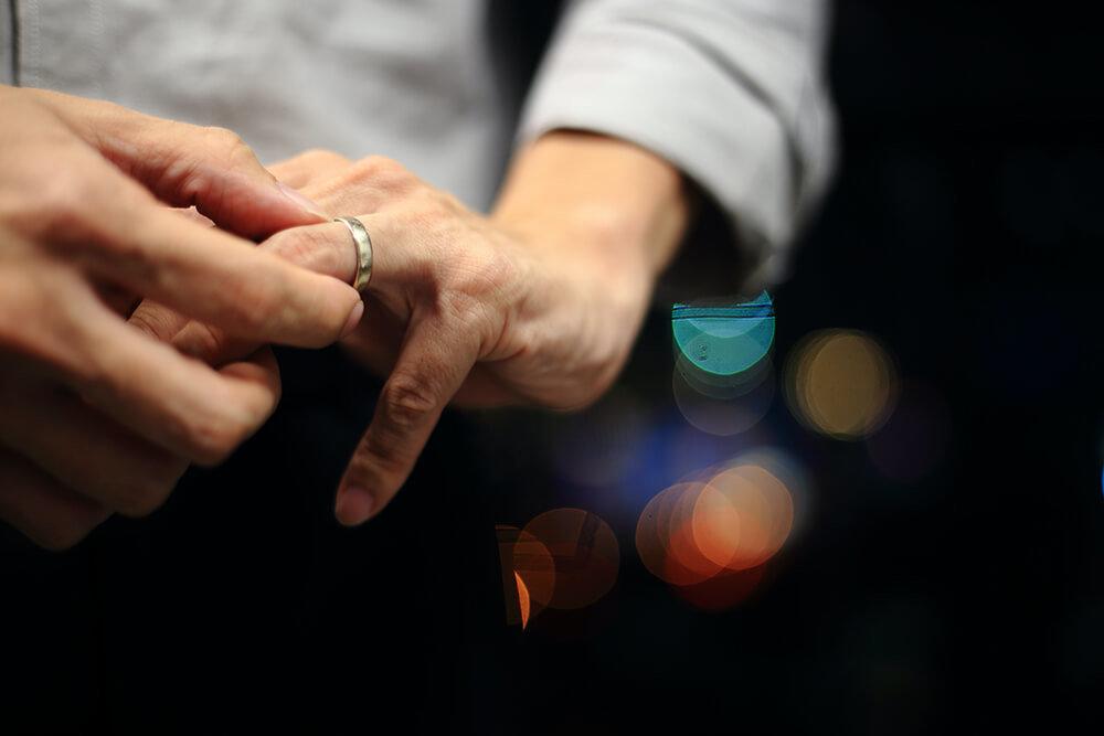 指輪を外すイメージ