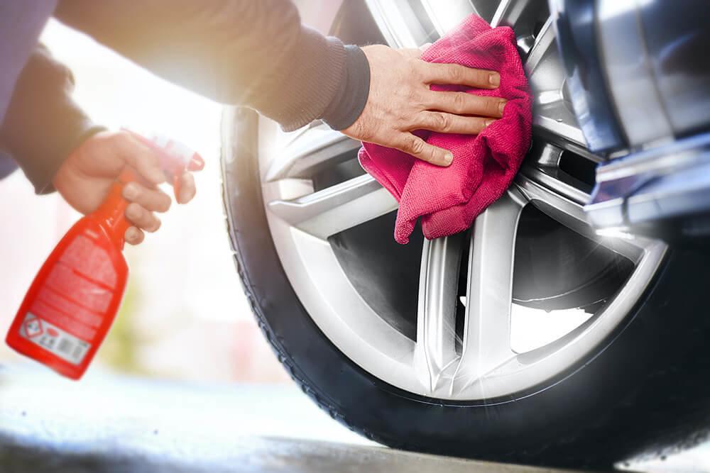 タイヤにワックスを使っているイメージ