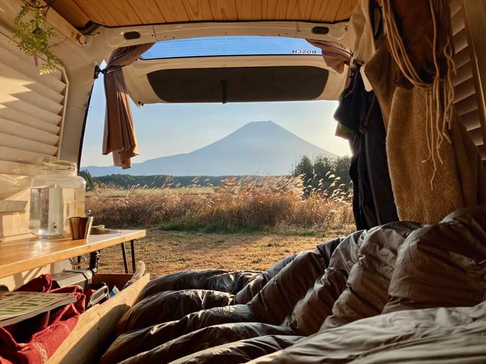 静岡県富士宮市「ふもとっぱら」のキャンプサイトで、富士山を目の前に車中泊