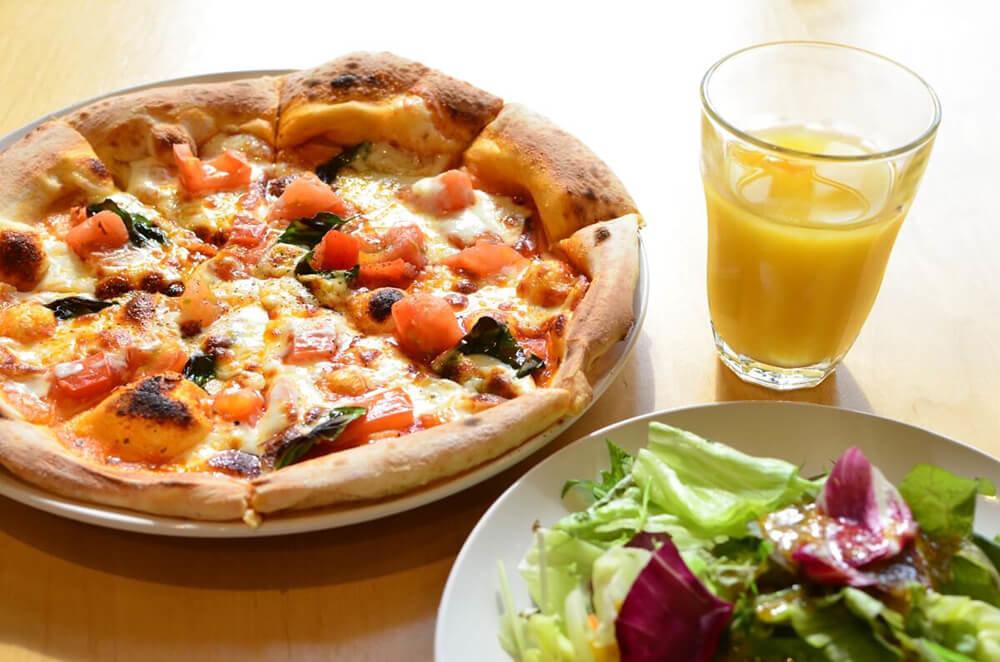 源流レストランのピザ