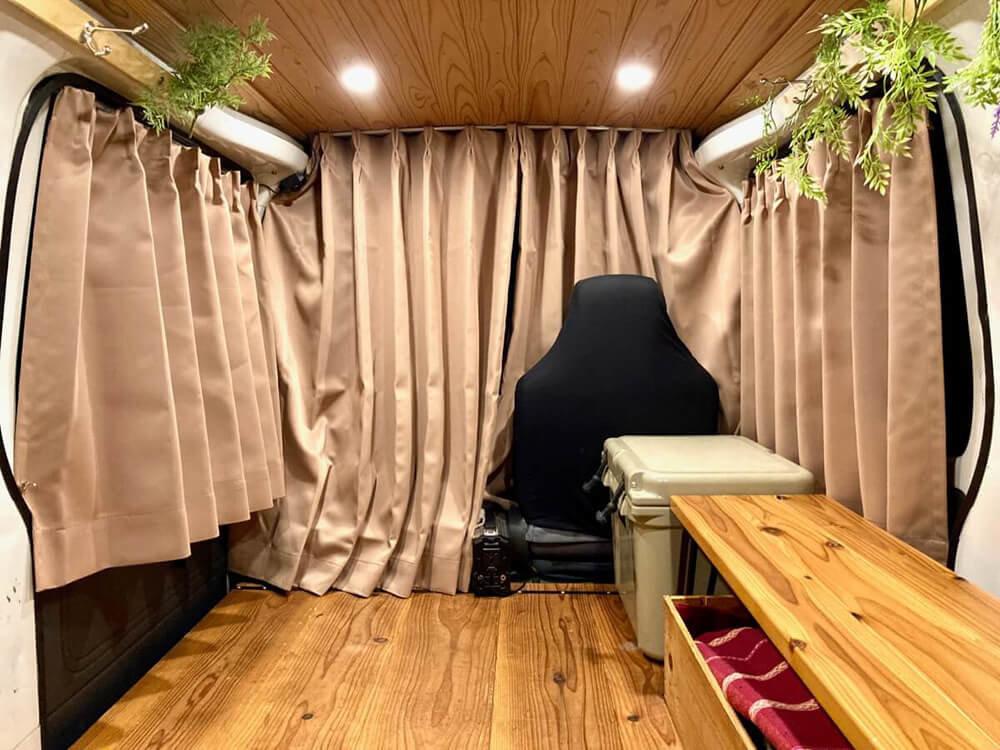 車内の荷室にはぐるっと囲むようにカーテンを設置している